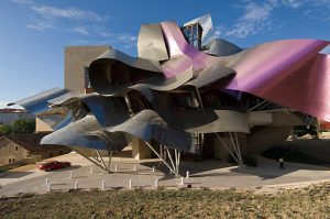 Spanien, Elciego, Marques de Riscal Hotel im Herzen der Bodega Riscal, Architekt: Gehry Partners Los Angeles USA, ausfuehrende Architekten IDOM Bilbao | Spain, Elciego, Marques de Riscal Hotel in the heart of the Bodega Riscal, design architects Gehry Partners Los Angeles, USA, executive architects IDOM Bilbao, constructor Ferrovial Spain