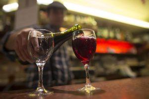 ISL22. PARÍS (FRANCIA), 15/11/12.- Un barman sirve una copa de vino Beaujolais Nouveau hoy, jueves 15 de noviembre de 2012, en París (Francia). El tercer jueves de noviembre marca el lanzamiento oficial de la cosecha del vino de este año. EFE/IAN LANGSDON