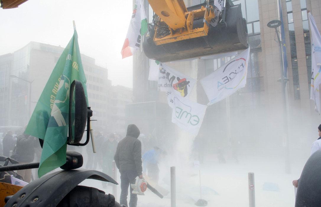 El comisario europeo asegura que «no entiende» por qué los ganaderos de leche siguen protestando