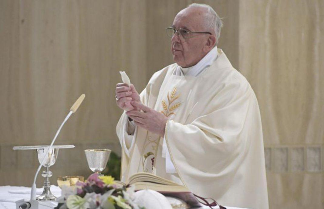 El Vaticano prohíbe las hostias sin gluten porque deben ser de trigo, pero acepta que el vino tenga transgénicos