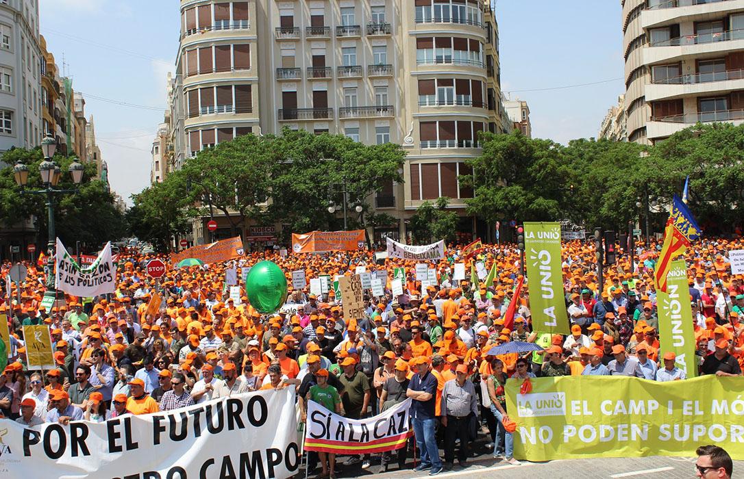 Una marea naranja recorre Valencia para denunciar la discriminación del mundo rural