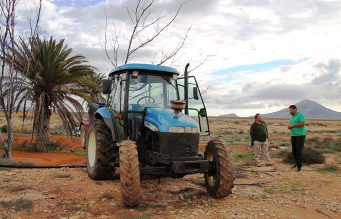 Un tractor de alquiler municipal: La localidad de Antigua lo cede gratuitamente a todas las fincas