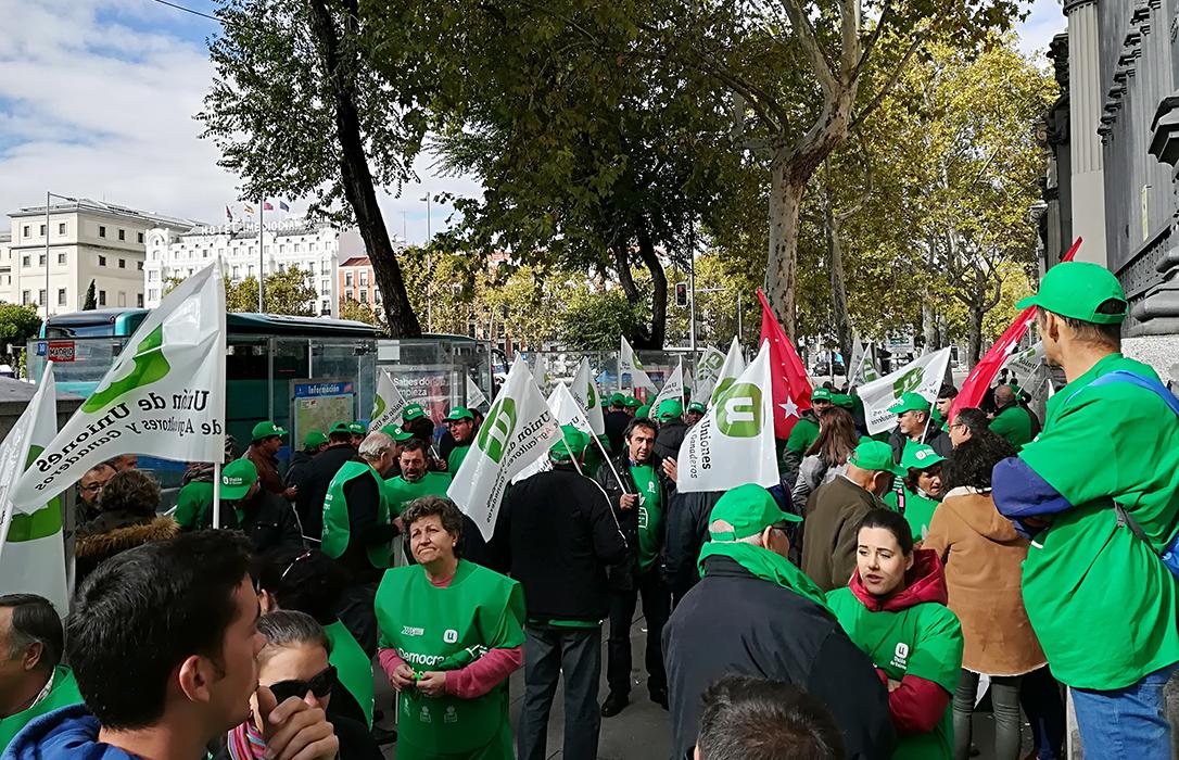 Protesta ante el Ministerio para pedir elecciones y acabar con el «corralito» de las OPAs