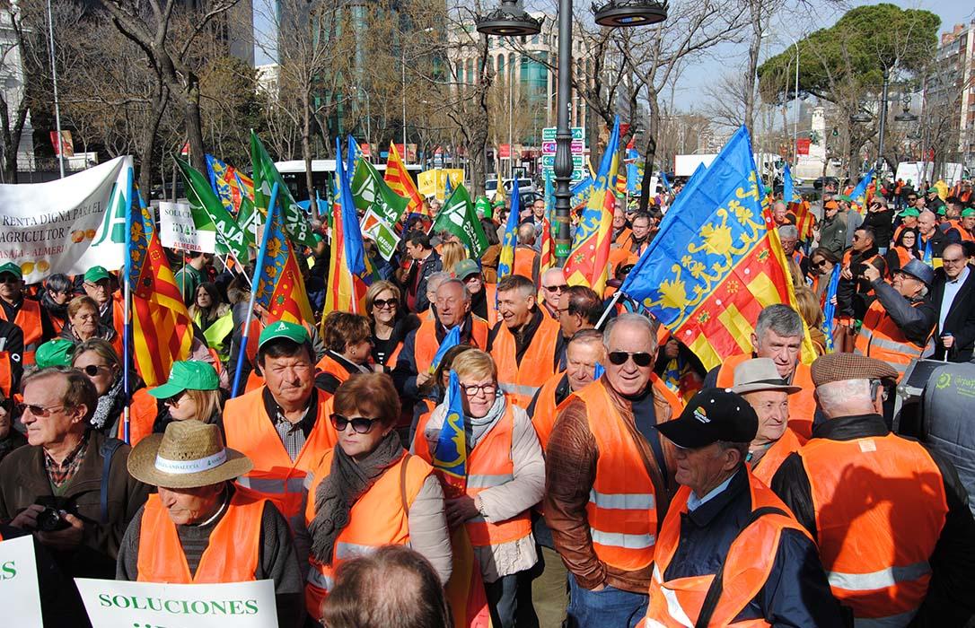 Los chalecos naranjas toman Madrid para protestar por el precio de los cítricos ante la sede de la CE