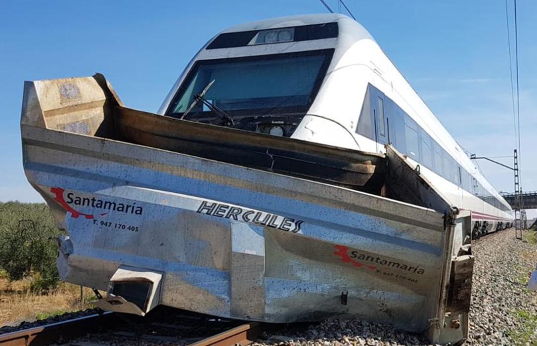 La siniestralidad que no cesa: Otros dos jubilados fallecidos en accidente y el Alvia choca contra un tractor