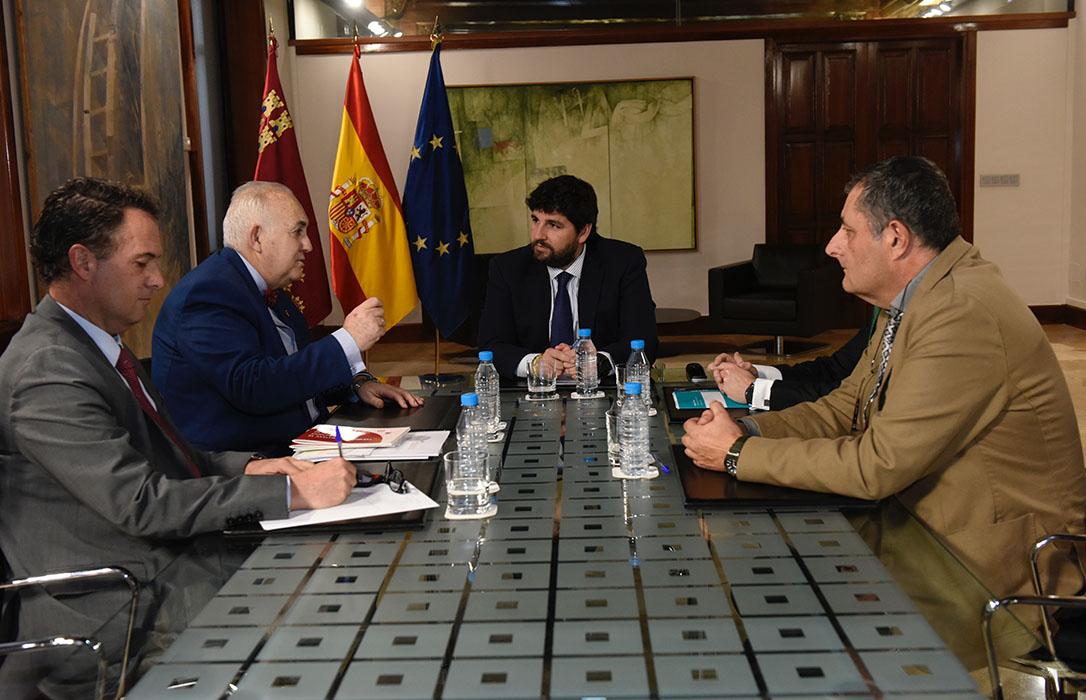 Los veterinarios murcianos presentan el Observatorio del Maltrato Animal al Presidente regional