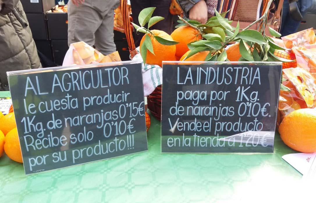 Nuevo reparto de naranjas, esta vez en Sevilla, para protestar por los bajos precios en los cítricos