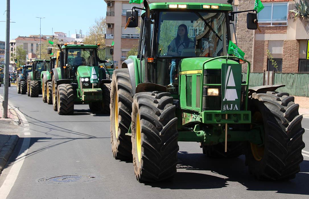 Denuncian una campaña de sanciones a los agricultores que tienen que circular con sus vehículos por suelo urbano
