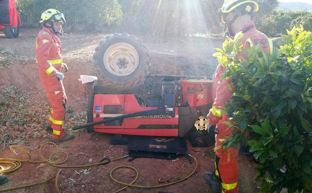 Fallece un conductor de 74 años al volcar su tractor, el tercer muerto en solo 4 días en la C. Valenciana