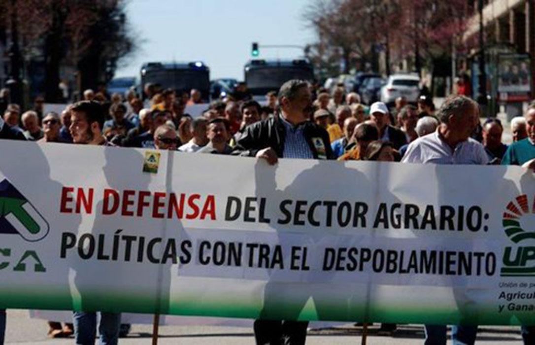 Cerca de 200 ganaderos asturianos protestan por los daños de la fauna salvaje y la falta de claridad  sobre purines