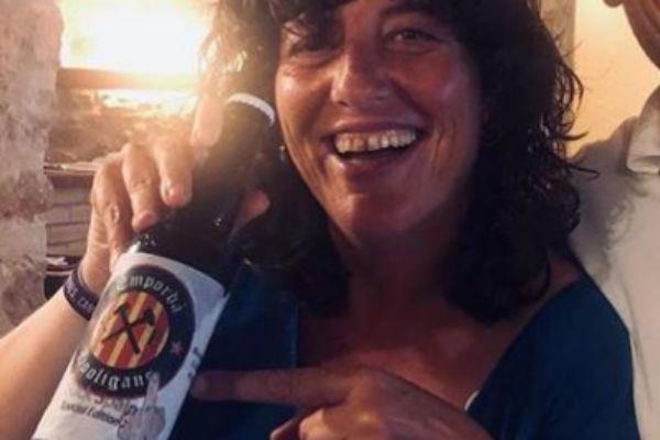 Como siempre, haciendo amigos: La consejera catalana de Agricultura posa con una cerveza que insulta a España