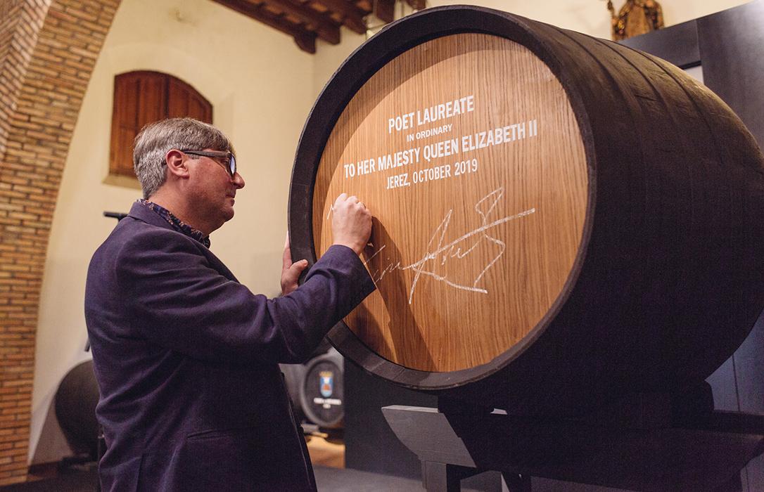 El nuevo Poeta Laureado nombrado por la Reina de Inglaterra recibe su sueldo: Una bota de vinos de Jerez