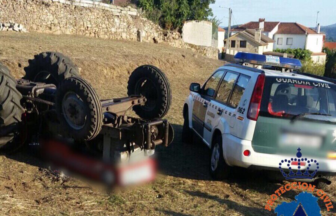 Un agricultor de 60 años fallece al volcar el tractor que conducía en un camino rural