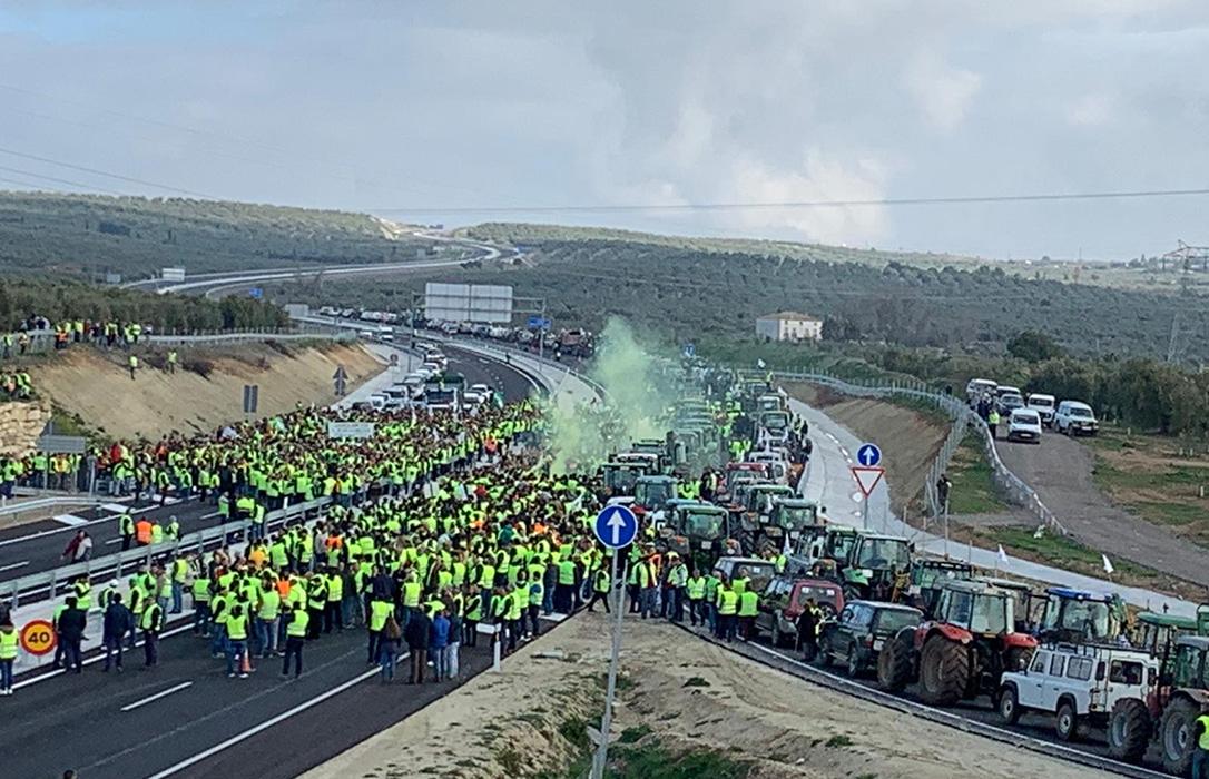 Sevilla toma el relevo en las movilizaciones con un paro agrario, tractoradas y cortes de carreteras