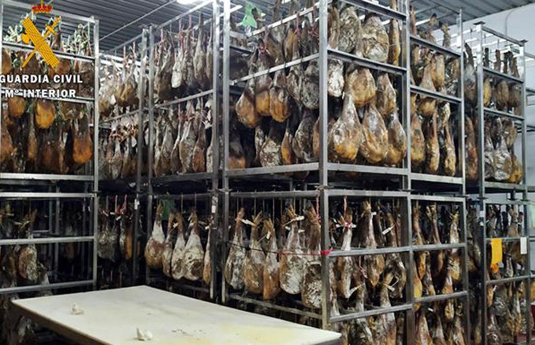 Investigan una trama empresarial en nueve provincias para la comercialización ilegal de jamones de cerdo ibérico