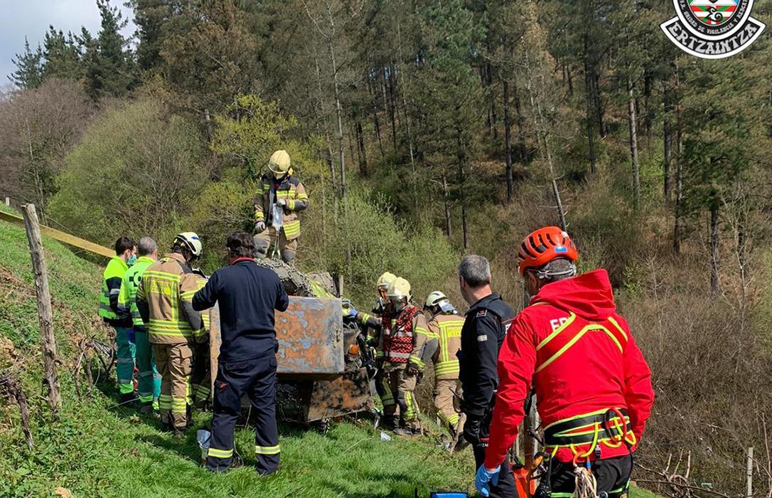 Dos heridos en una pierna en sendos accidentes al volcar sus tractores cuando trabajaban en el campo