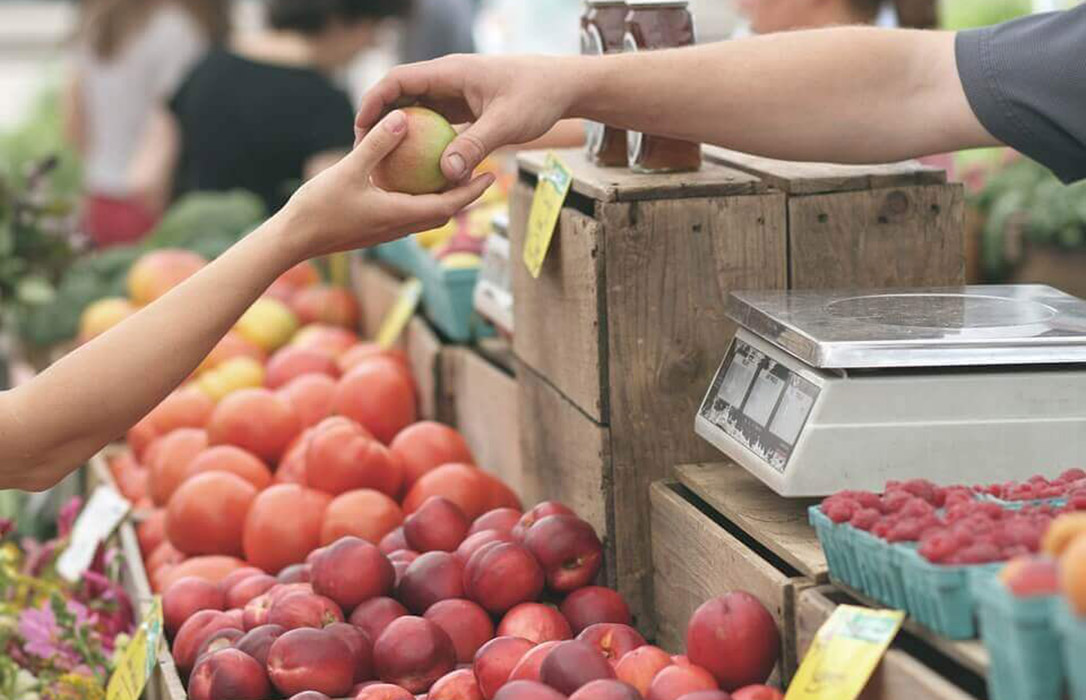 Los nutricionistas invitan a comprar productos de proximidad en mercados de abastos y comercios de barrio