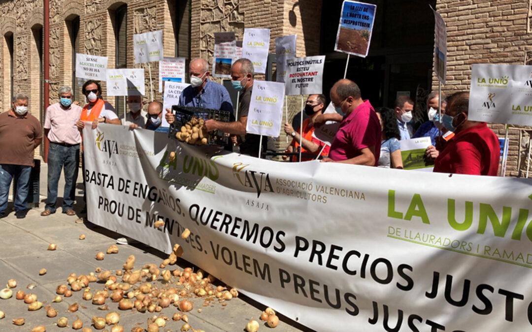 Arrancan las protestas contra el maltrato a los productos de proximidad con pérdidas de hasta 20 millones solo en cebollas y patata