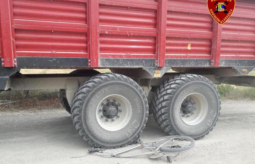 Cuidado con el tractor: Un menor herido al chocar con su bicicleta en un camino y otro al volcar en una cuesta