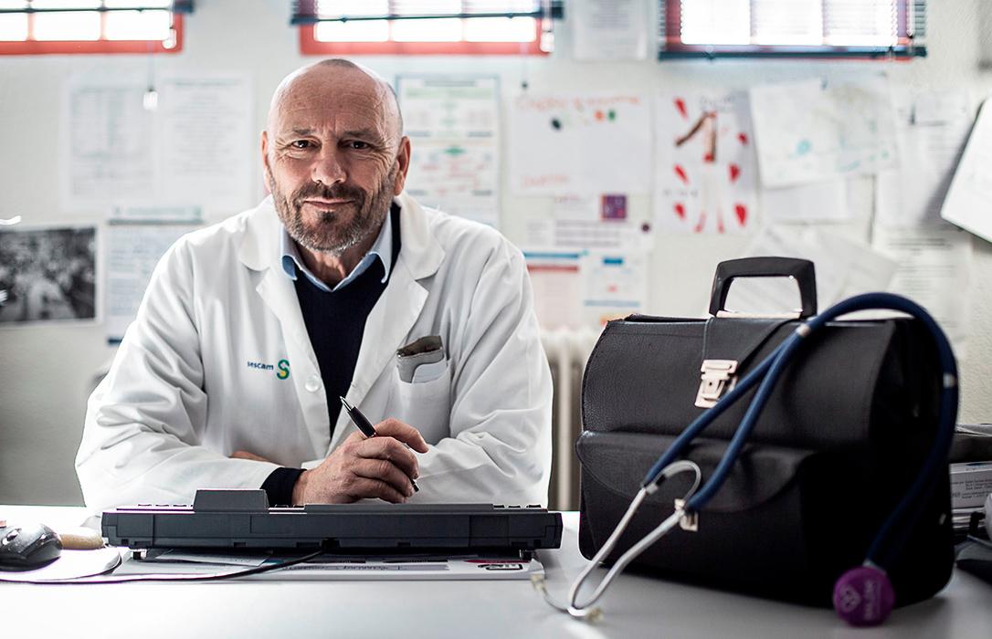 La Fundación de Estudios Rurales premia al doctor González Cabrera por su defensa de la sanidad pública rural