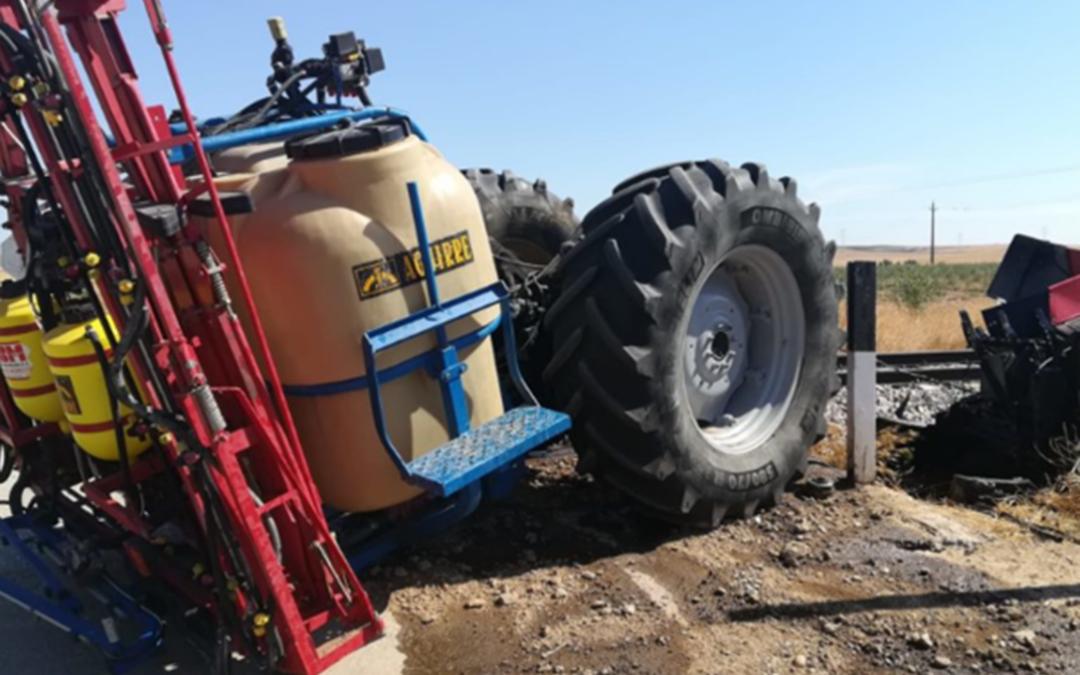 Fallece al chocar su tractor con una cosechadora y un joven de 20 años, herido al arrollar un tren su tractor