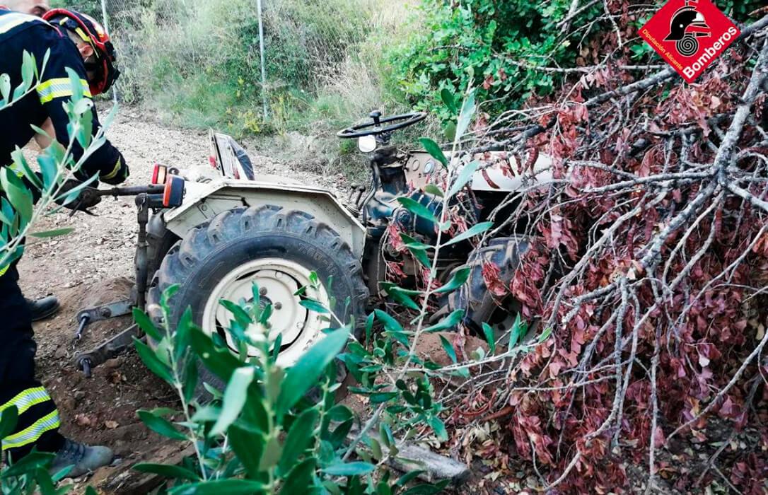 Fallece un agricultor de 67 años al volcar su tractor y quedar atrapado bajo una rueda