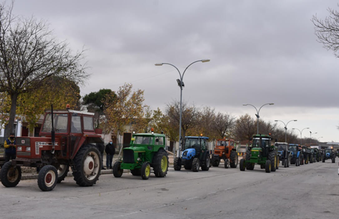 La paciencia se agota: Un centenar de tractores salen a la calle para protestar por el incremento del IBI de naturaleza rústica