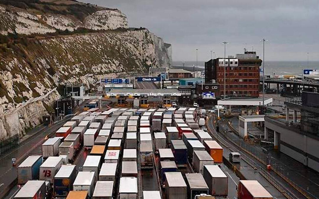El cierre de fronteras por la nueva cepa de coronavirus en Reino Unido deja retenidos a 1.500 transportistas con fruta y hortalizas españolas