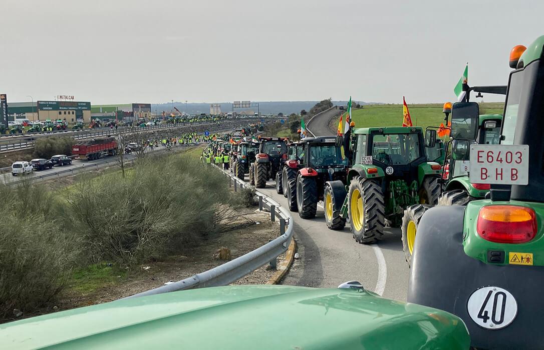 La primera protesta del sector tabaquero colpasa la Autovía de Extremadura para defender su cultivo en el Plan Estratégico de la PAC