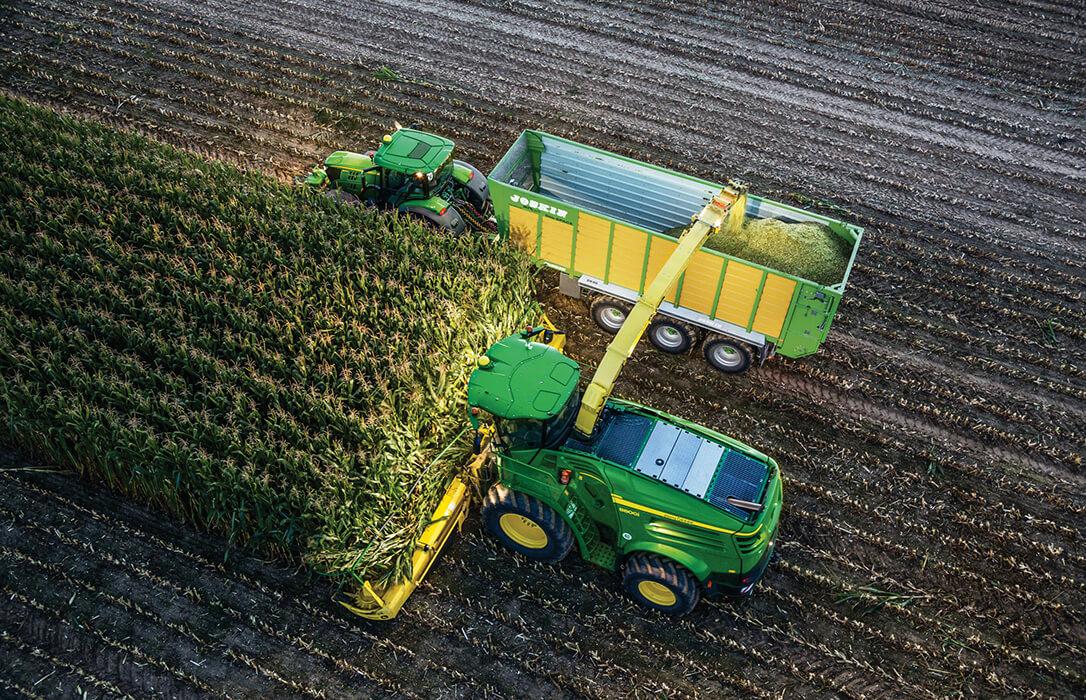 Juntos pero no revueltos: John Deere permite a los operadores de picadoras de forraje guiar un tractor con remolque en paralelo