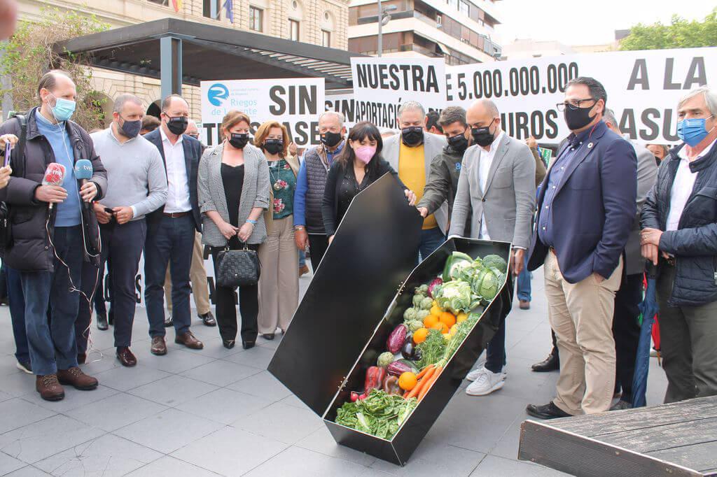 300 agricultores encienden en Alicante la mecha de la batería de protestas en defensa del Trasvase Tajo-Segura