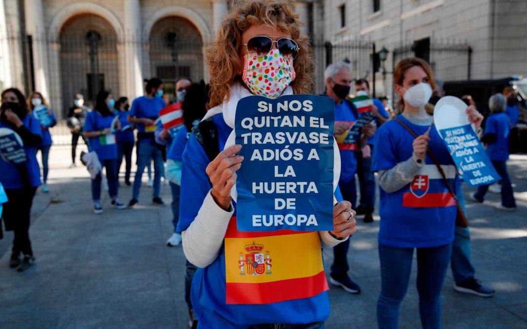 'Adiós a la huerta de Europa': Los regantes se movilizan y protestan en Madrid contra los recortes del trasvase Tajo-Segura