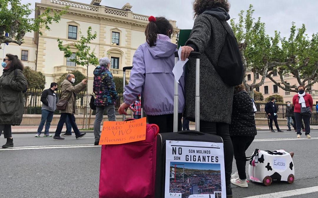 «No son molinos, son gigantes»: Las protestas por la proliferación de parques fotovoltaicos vive en Logroño su primera manifestación