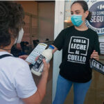 Los ganaderos andaluces regalan 500 litros de leche con un coste de 155 euros, que es lo que les pagaría la industria por ella