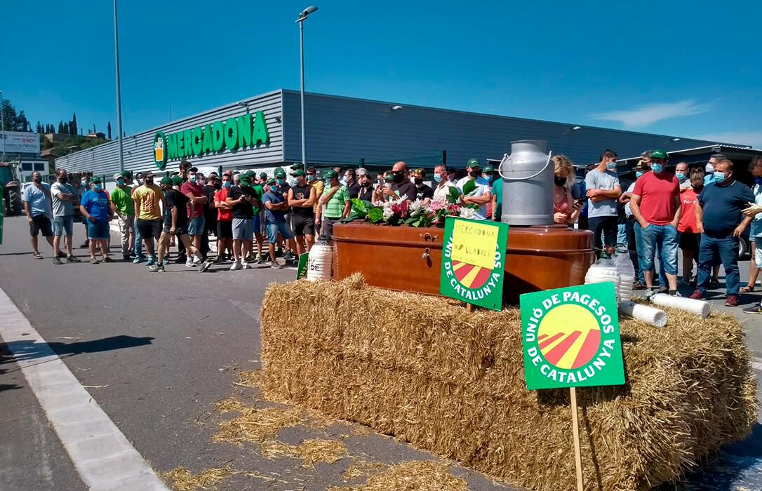 Unas 300 personas con tractores arrancan las protestas que recorrerán España por el bajo precio de la leche