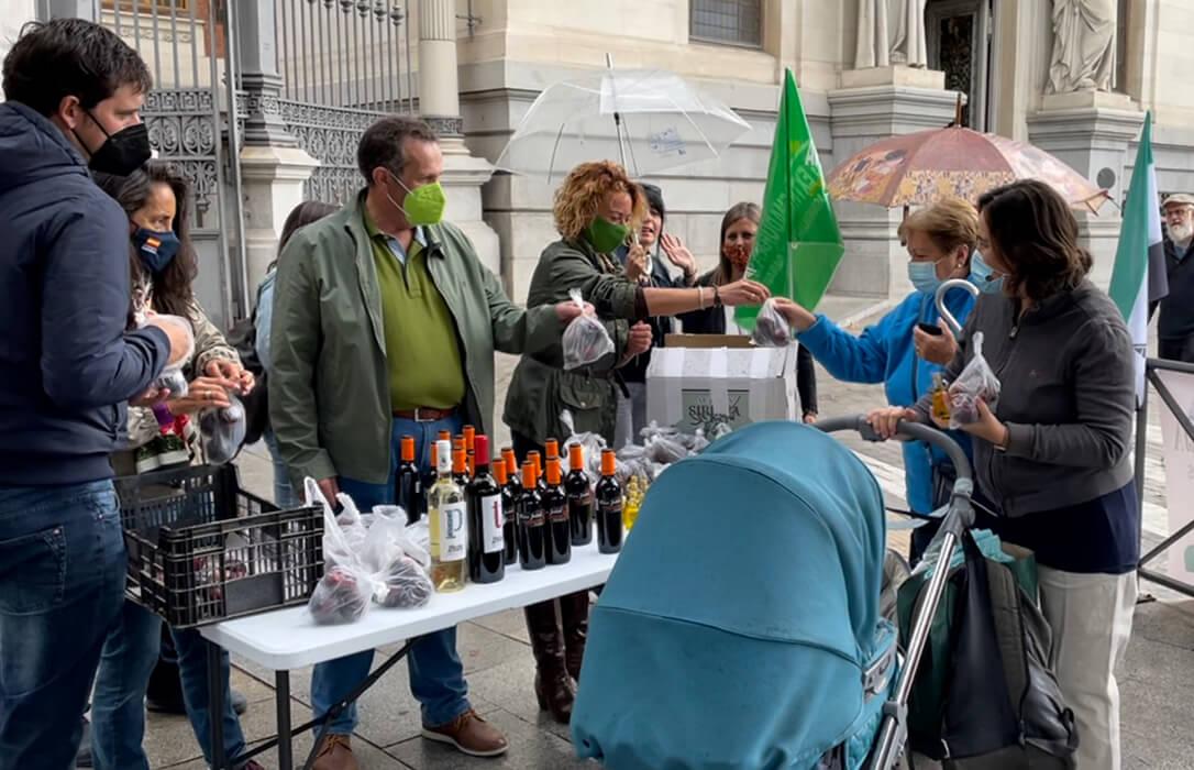 Los agricultores reparten fruta y botellas de aceite en las puertas del Ministerio para protestar por los bajos precios