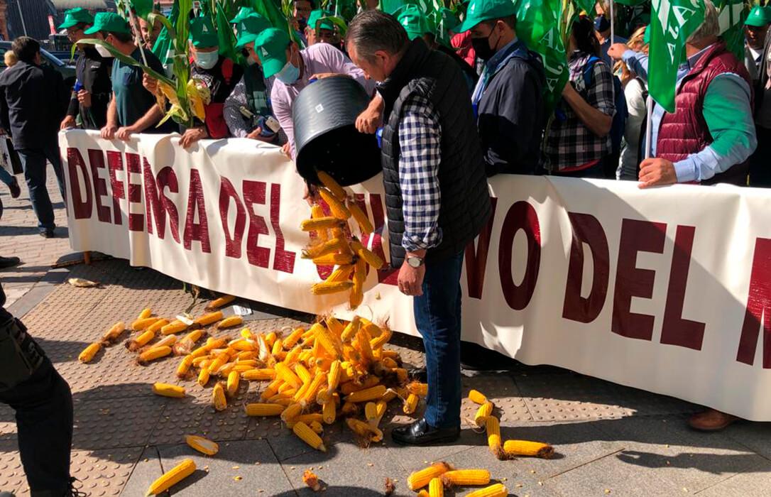"""Varios centenares de maiceros protestan por la propuesta de la PAC que provocará """"una reducción brutal de la superficie sembrada»"""