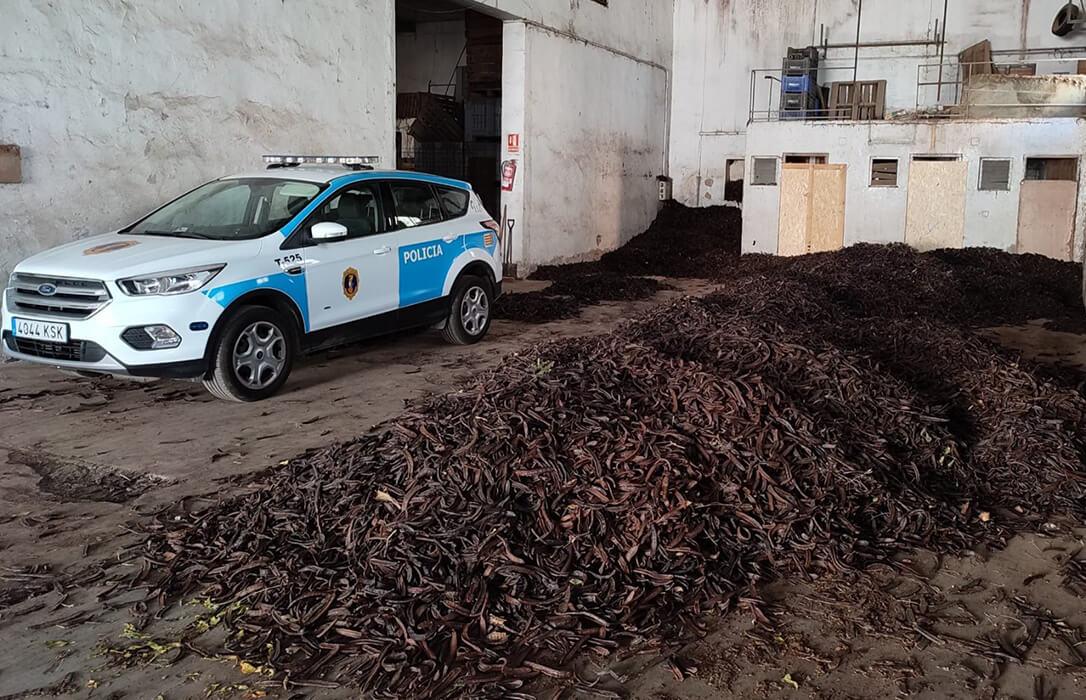 Localizadas más de 58 toneladas de algarroba y de almendras sin trazabilidad y desmantelados cuatro almacenes ilegales